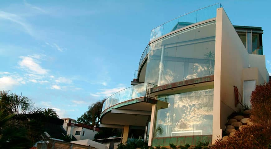 Glass-wrapped modern house that looks absolutely incredible.