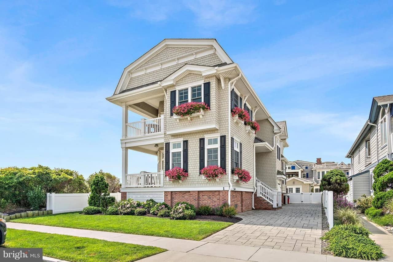 2-Storey Wood-Shingle Beach House with 2 Balconies