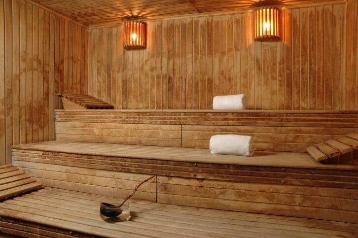 A good sauna design for lying down. Three levels, each bench having a head rest.