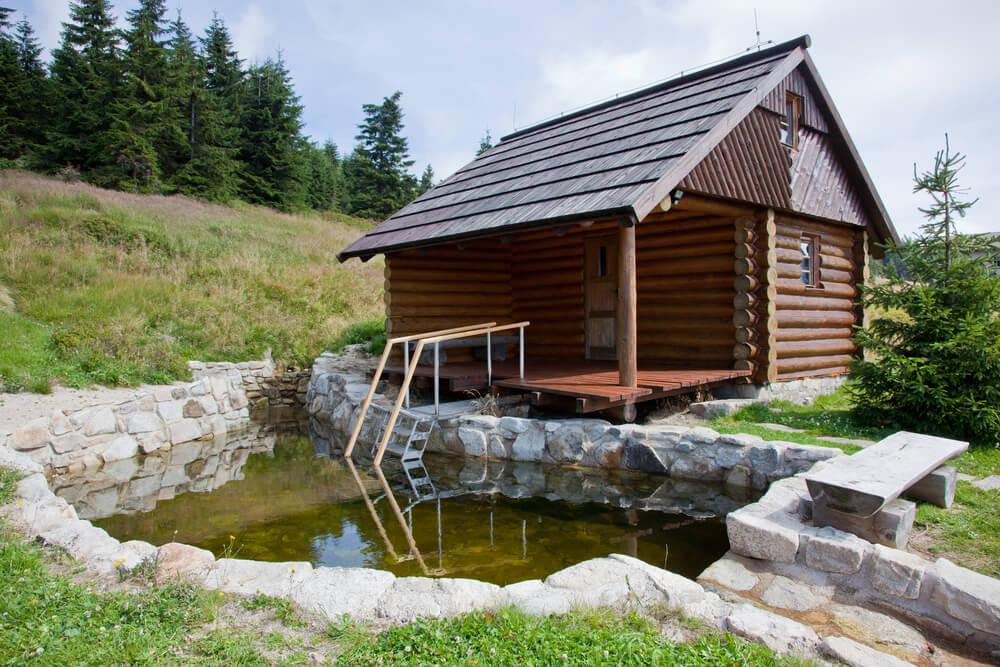 Log sauna hut with immersion pool