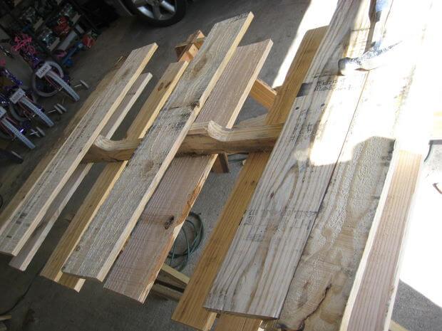 Removing boards from pallet middle stringer