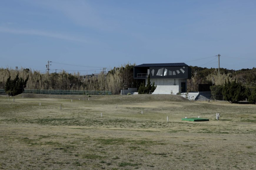 The expanse of land between the home and the ocean itself includes a small driving range.
