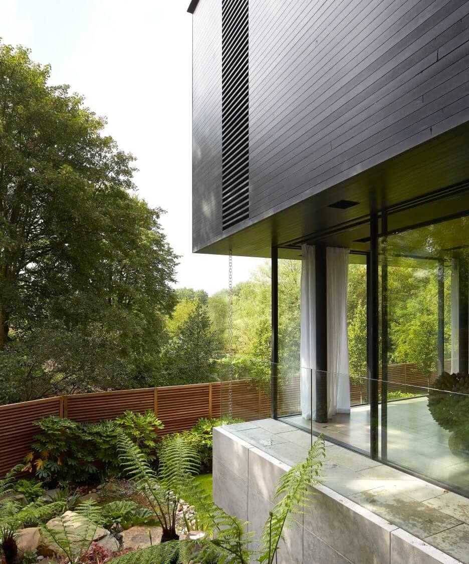 Here we see the lush greenery swarming around the structure, with abundant glass ensuring the blending of indoor and outdoor vistas.