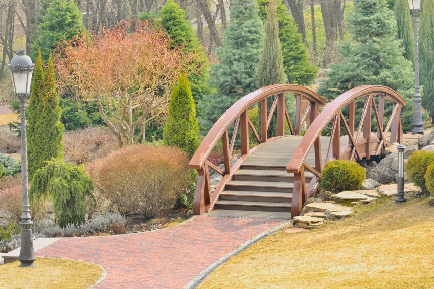 The dusty red of the railings perfectly blends in with the brick pathway leading to and away from the bridge.