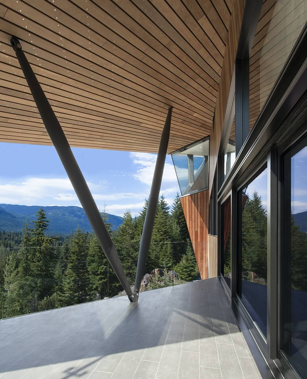 From out on the deck, we can see the two support beams in a V, which don't obstruct the gorgeous view.