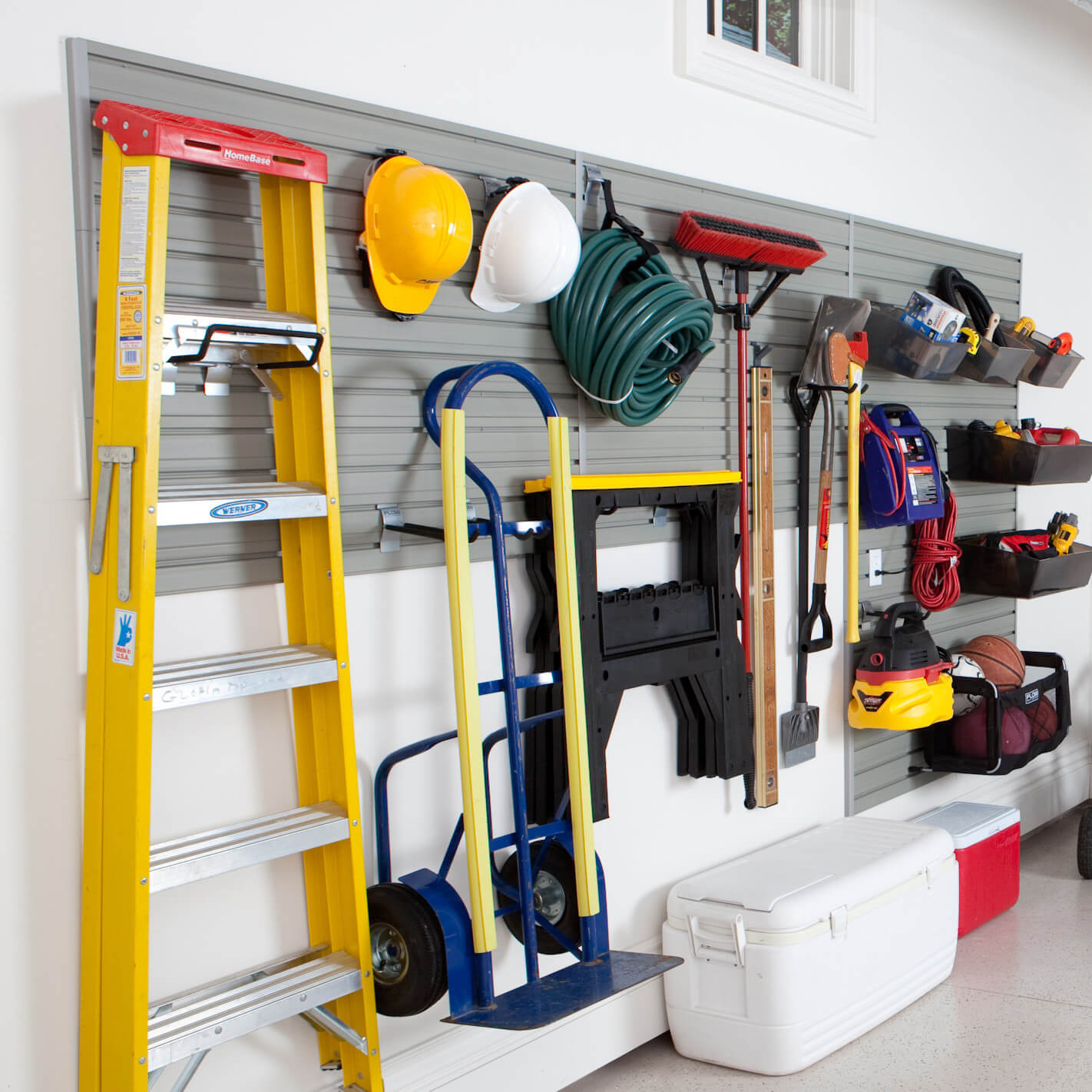 This wall rack allows you to customize the hangers so that you can hang all kinds of items and baskets.