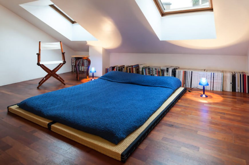 This simple setup of tatami mats with a futon mattress is a simple but effective way to set up a small sleeping space that is easily moveable so as not to take up space that may be needed for something else. Lining books up along the wall makes use of space that would otherwise remain empty.