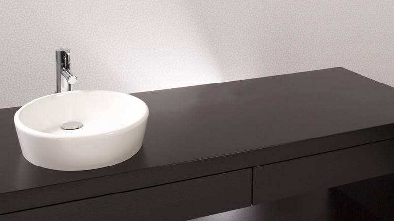 The Ove collection brings to mind a delicate eggshell filling with water, with rounded, shapely edges that speak to a more traditional atmosphere. Like all WETSTYLE sinks, the VOV 815A is made of WETMAR BiO™ and comes in True High Gloss™ or matte finishes.