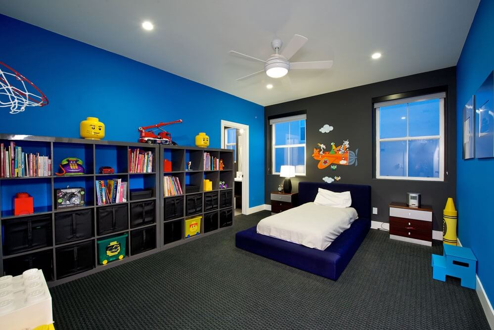 Large boy's bedroom with the elegant color combination. The matching shelves and rug look very stylish.