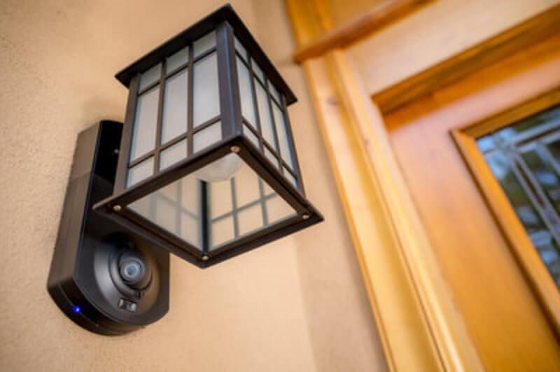 Sản phẩm có khả năng tàng hình bất thường này là một camera an ninh thông minh hỗ trợ wifi và hệ thống liên lạc video, được tích hợp vào một đèn chiếu sáng ngoài trời đơn giản và trang nhã. Máy quay video HD và thiết bị phát hiện chuyển động sẽ cảnh báo bạn về bất kỳ chuyển động nào bên ngoài ngôi nhà của bạn bằng thông báo đẩy trên điện thoại thông minh của bạn. Tuyệt vời hơn nữa, bạn có thể giao tiếp với bất kỳ ai tại cửa nhà mình thông qua hệ thống liên lạc nội bộ hai chiều. Đây là tất cả về sự yên tâm và ngăn chặn đột nhập để bạn thậm chí không cần xác định kẻ trộm.