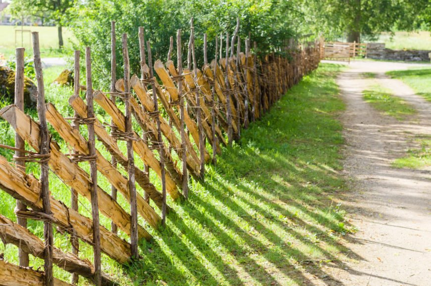 This natural stick fence uses sticks of different sizes.