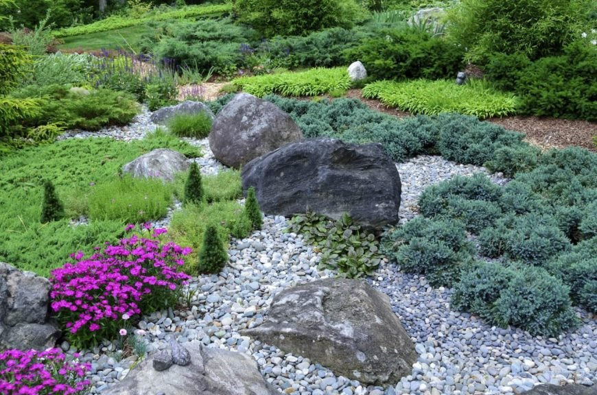 There is no rule on the size of rocks you can use. There is also no rule on the variation of rock sizes in one garden. Here we see many small stones and a few very large stones.