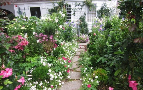 Typically large gardens are best suited to large yards and estates. However, if some of your space is a bit smaller you can accomplish a large garden by dedicating your entire area to the garden. This silk garden takes up every inch of yard at this home. Check with your neighborhood association before dedicating yourself to a design like this.