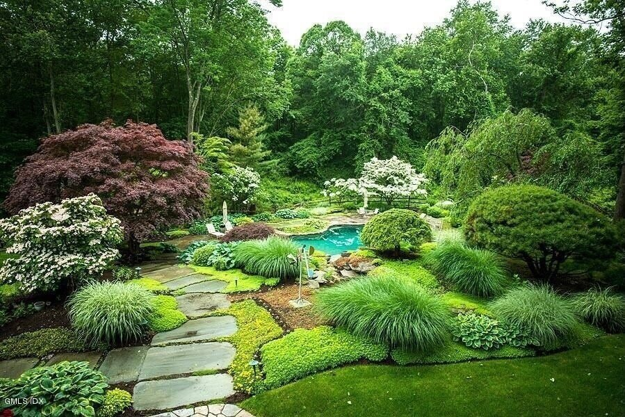If you break up sections of your grass with divider lines, you can add some interesting design elements to your yard.
