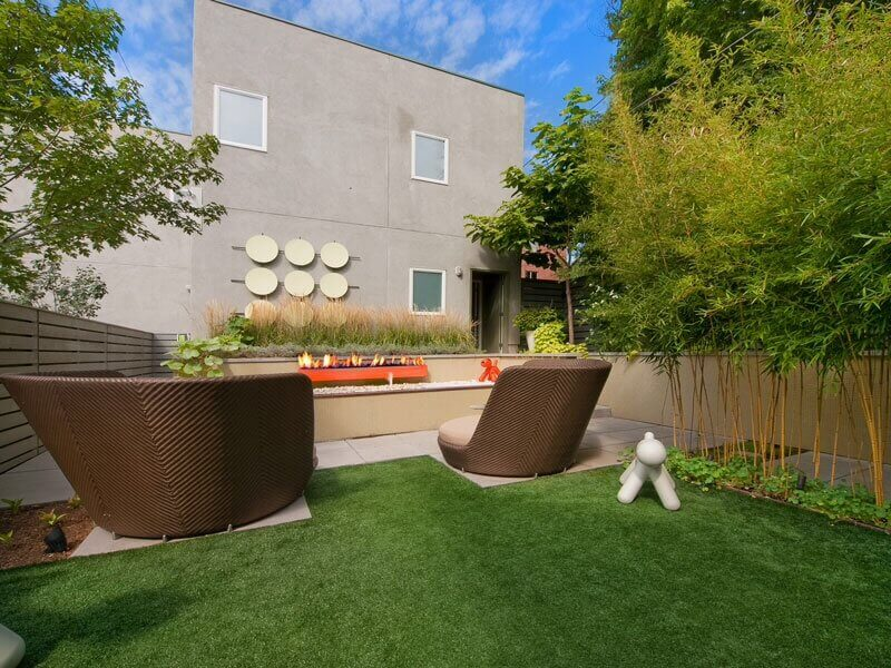 This modern yard has an organized and clean look. This is perfect for astroturf. The turf stays neat and orderly and its place. It is perfect for a design like this.