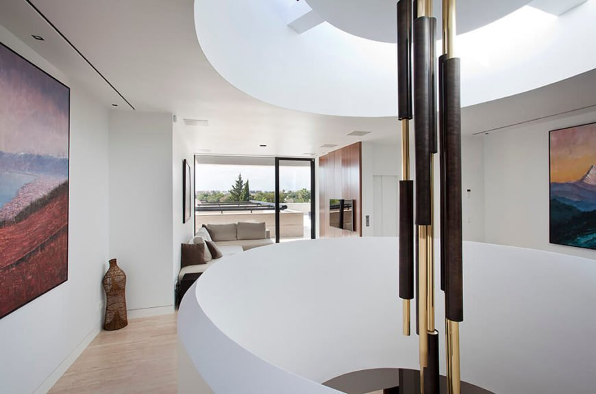 Large design features with rounded lines and light walls bring motion and illumination to the home. The white walls reflect the light, making the whole space bright.