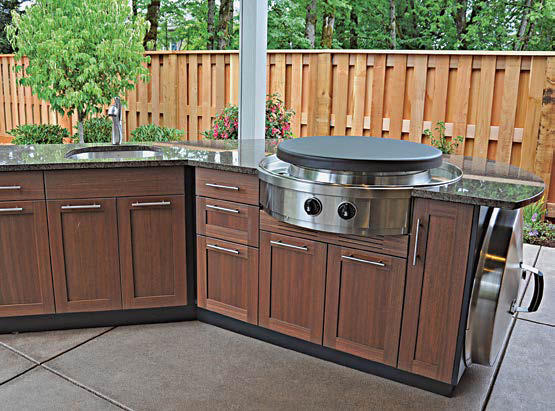 This stylish bar setup of this outdoor kitchen looks stunning along with the appliances and granite countertop.