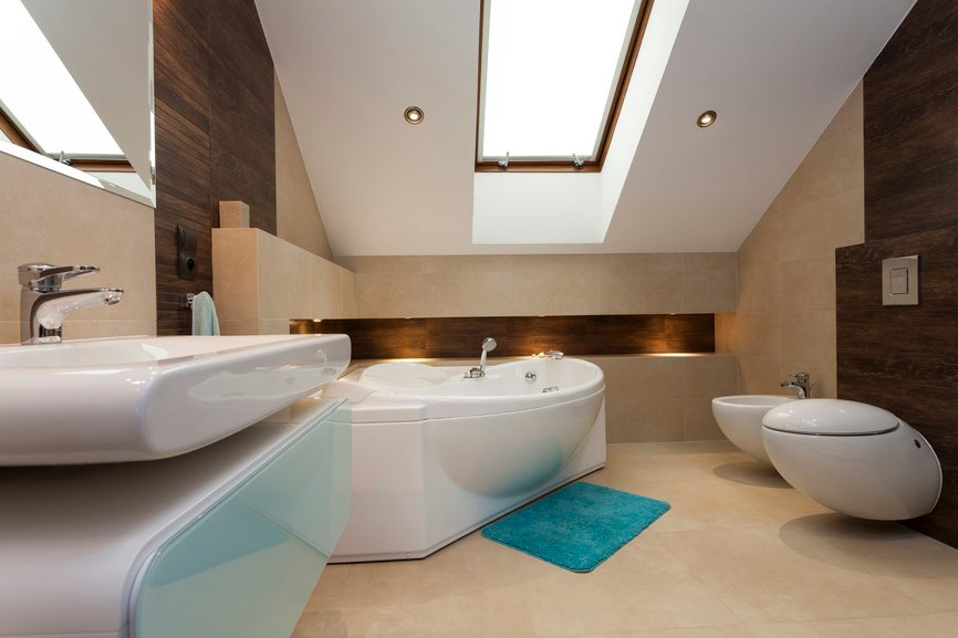 A modish primary bathroom with a cozy sink and bathtub. The toilet looks absolutely attractive as well.