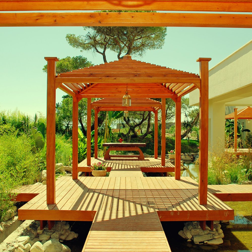 This deck is just so gorgeous. The style is just stunning while the surrounding plants and other greenery look so lovely.
