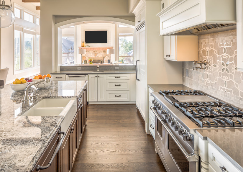 This is a classic look on the Mediterranean-style kitchen that has white shaker cabinets and drawers augmented with gray marble countertops and gray patterned backsplash that gives character to the cooking area.
