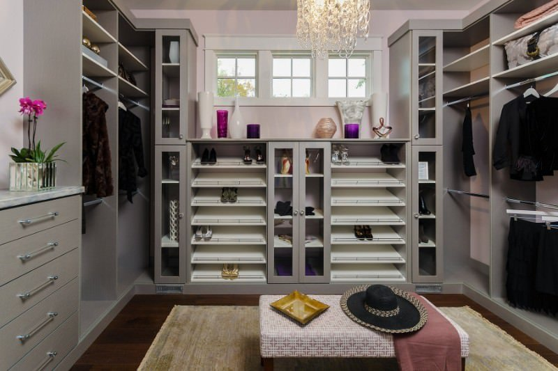 If you are low on budget, but want to revamp your wardrobe nonetheless, then this simple and mod walk-in closet design will best suit your needs.