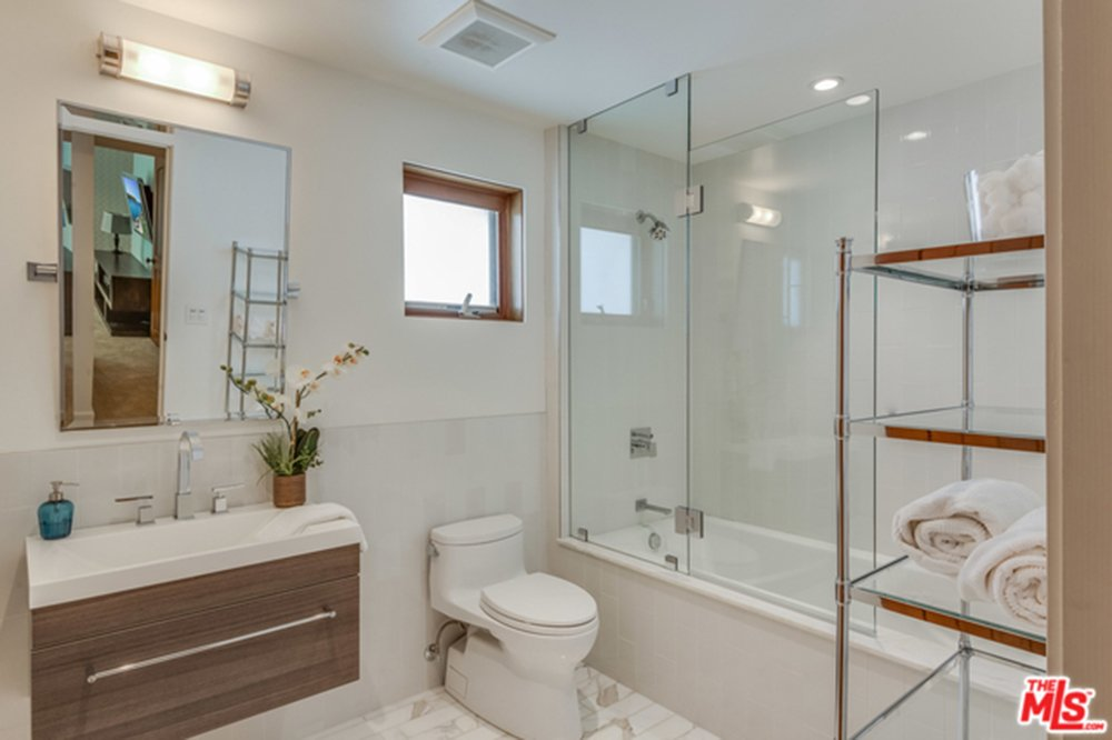 Guest bathroom in contemporary style in Chris Hemsworth's and Elsa Pataky's home.