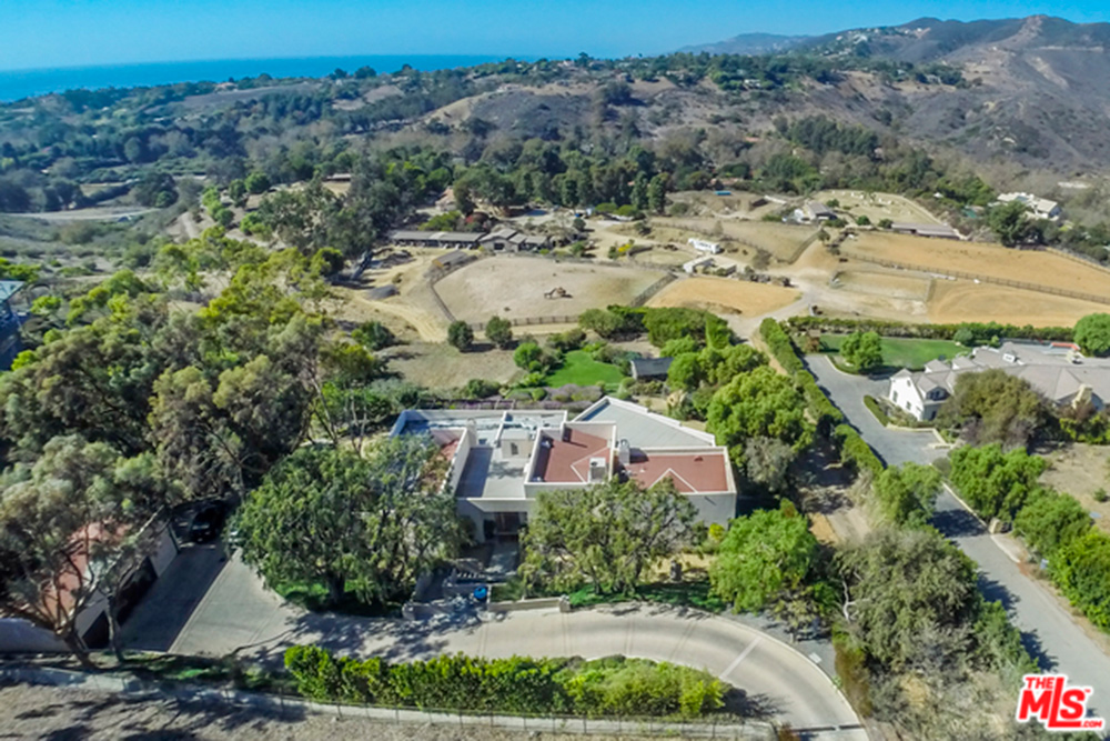 Aerial photo of Chris Hemsworth's and Elsa Pataky's house, grounds and driveway.