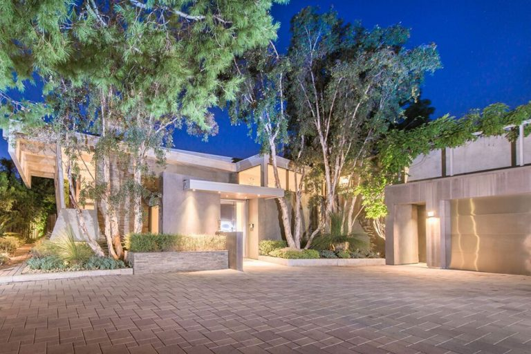 Front entrance to Jane Fonda's former Beverly Hills home.