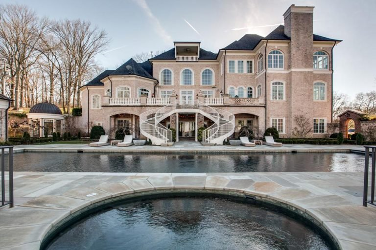 Photo of Kelly Clarkson's home from the back.