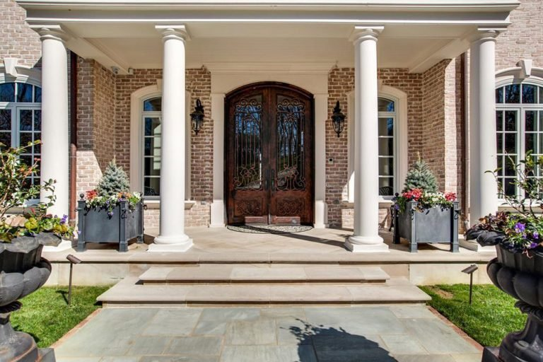 Front porch and door of Kelly Clarkson's home.
