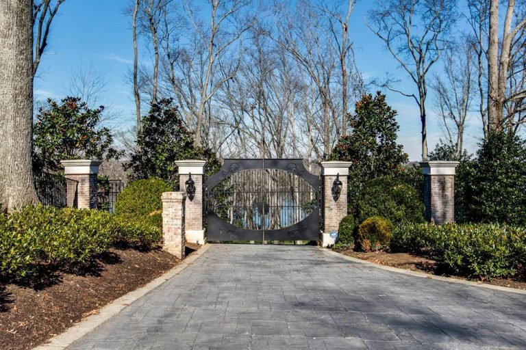Kelly Clarkson's front gates to her Tennessee estate.
