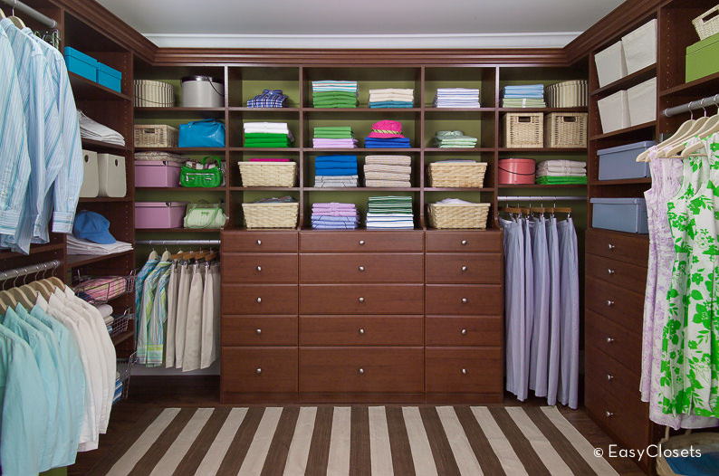 For homeowners who prefer homeliness instead of extravagance, this modest walk-in wardrobe design will be the ideal fit.