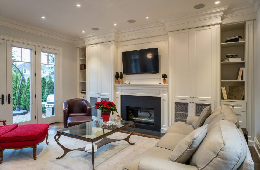 Гостиная в смешанном стиле Старой Англии представляет собой смесь классического английского дизайна и современных элементов декора.