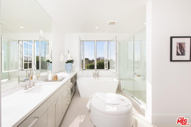 Jane Fonda's master bathroom