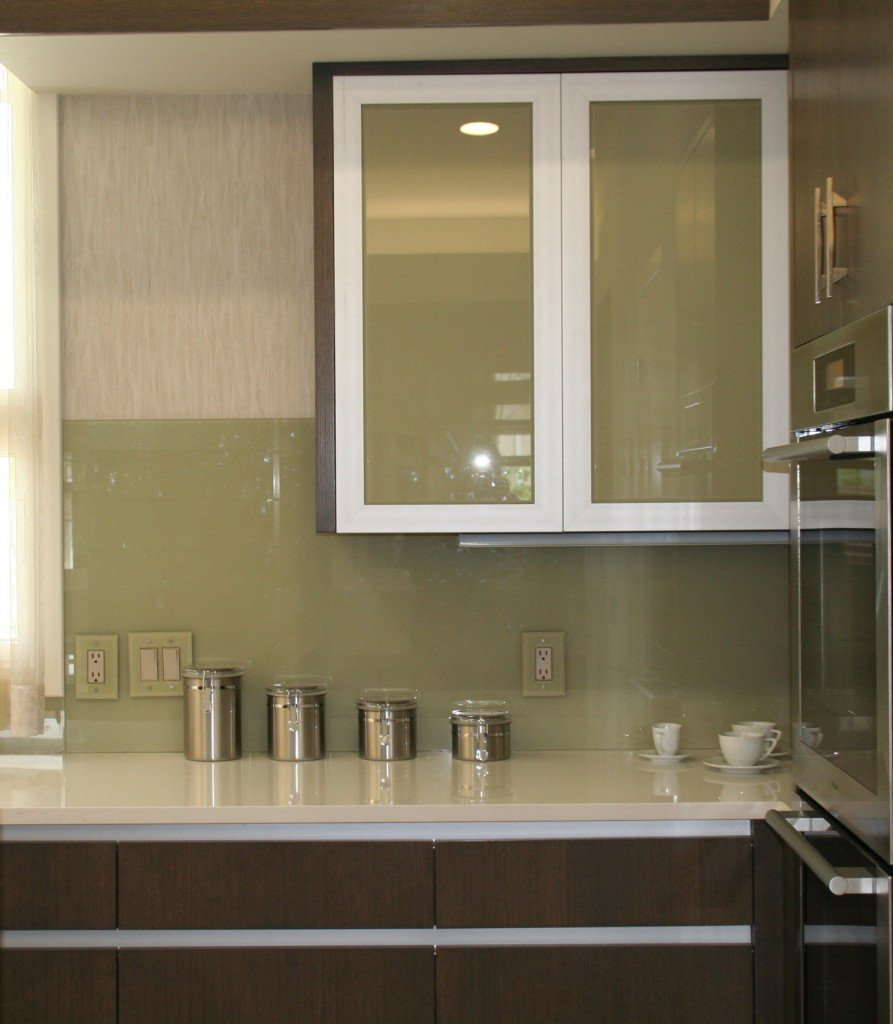 Glass sheet kitchen backsplash