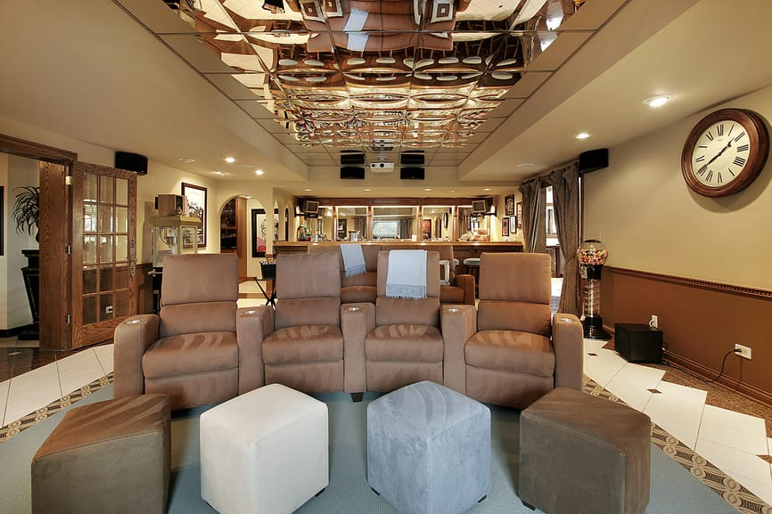 The tray ceiling of this home theater and bar is just so stunning. The walls look perfect together with it.