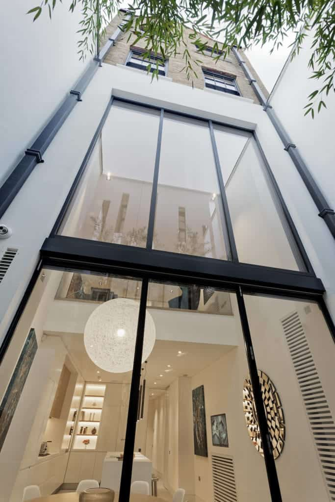 Immaculate Narrow House by FORMstudio