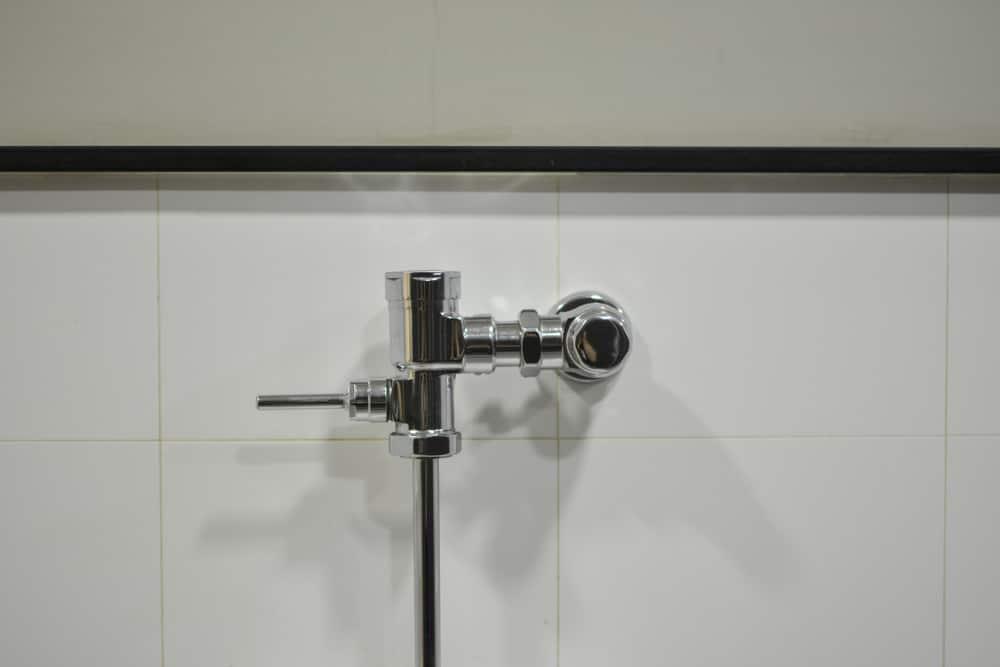 Flushometer flushing mechanism for toilet