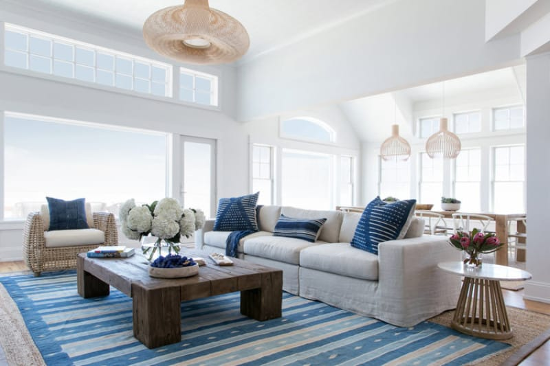 Гостиная Sapphire Accents с ее настоящим синим ковром и декоративными подушками создает ощущение греческого пляжного рая.