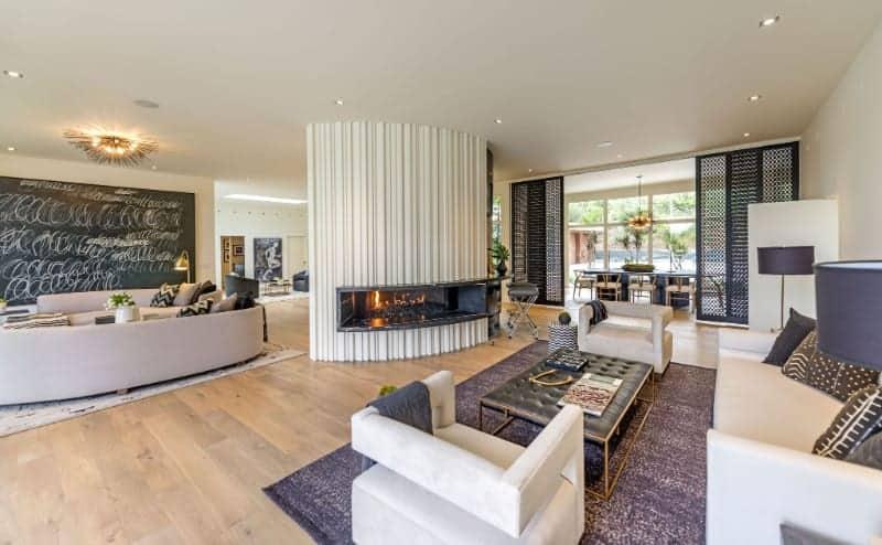 Эта великолепная бело-фиолетовая гостиная принадлежит бывшей супермодели Синди Кроуфорд.