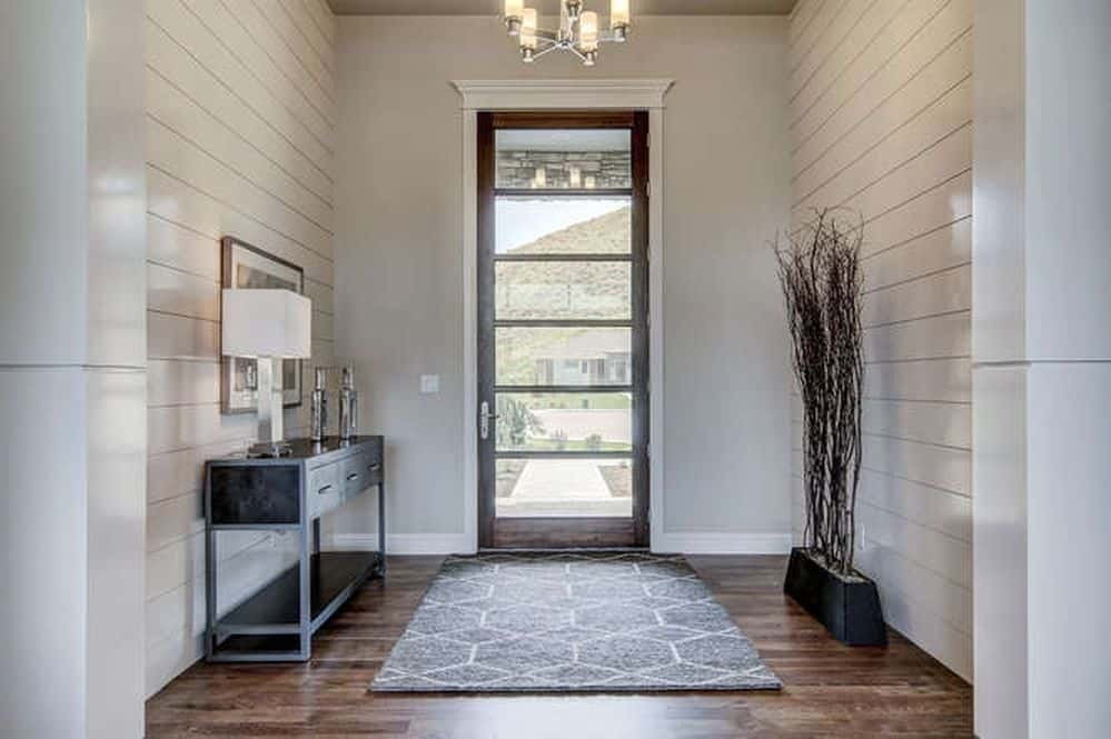 This entry is simple yet classy. The hardwood flooring topped with an elegant rug makes it look glamorous.