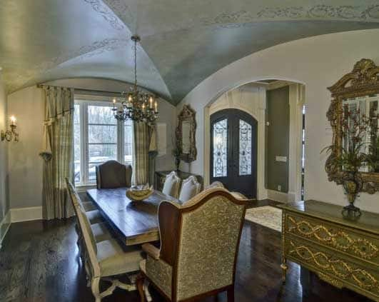 This low groin vault covers the expanse of the dining room and has a subtle pattern along the arches.