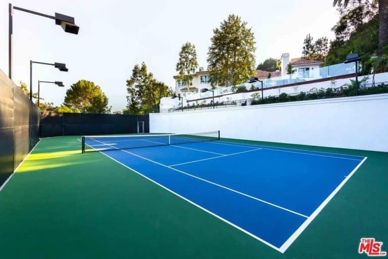 Eva Longoria's crib has a spacious tennis court as well.
