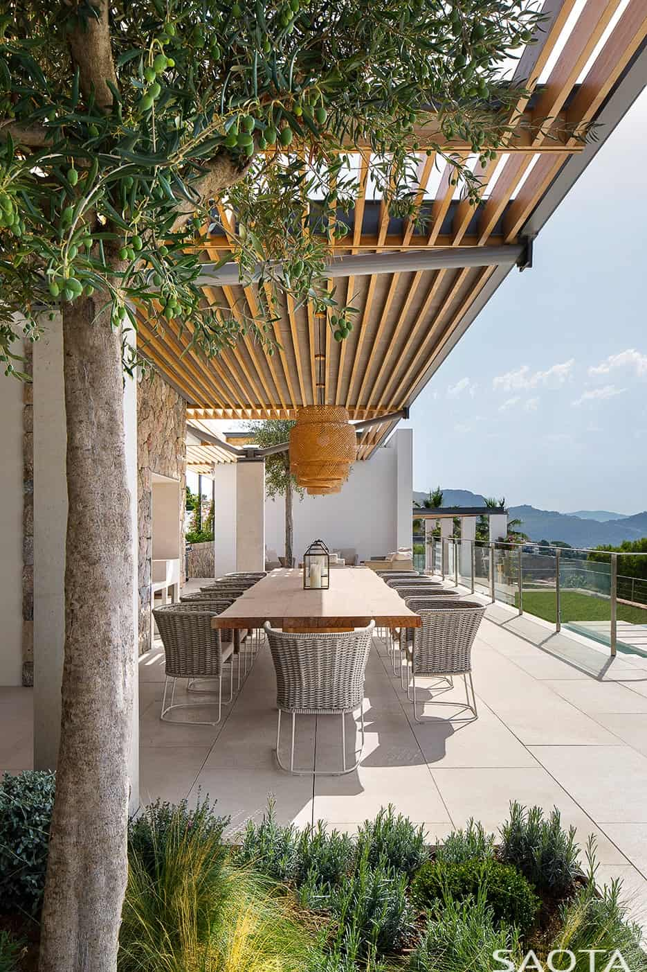 The outdoor dining can be a perfect spot for lunch. Photo by Adam Letch / Architecture by Rys Architects / Interior design by ARRCC and Rys Architects / Lighting design by Lux Populi / Landscaping by Cracknell