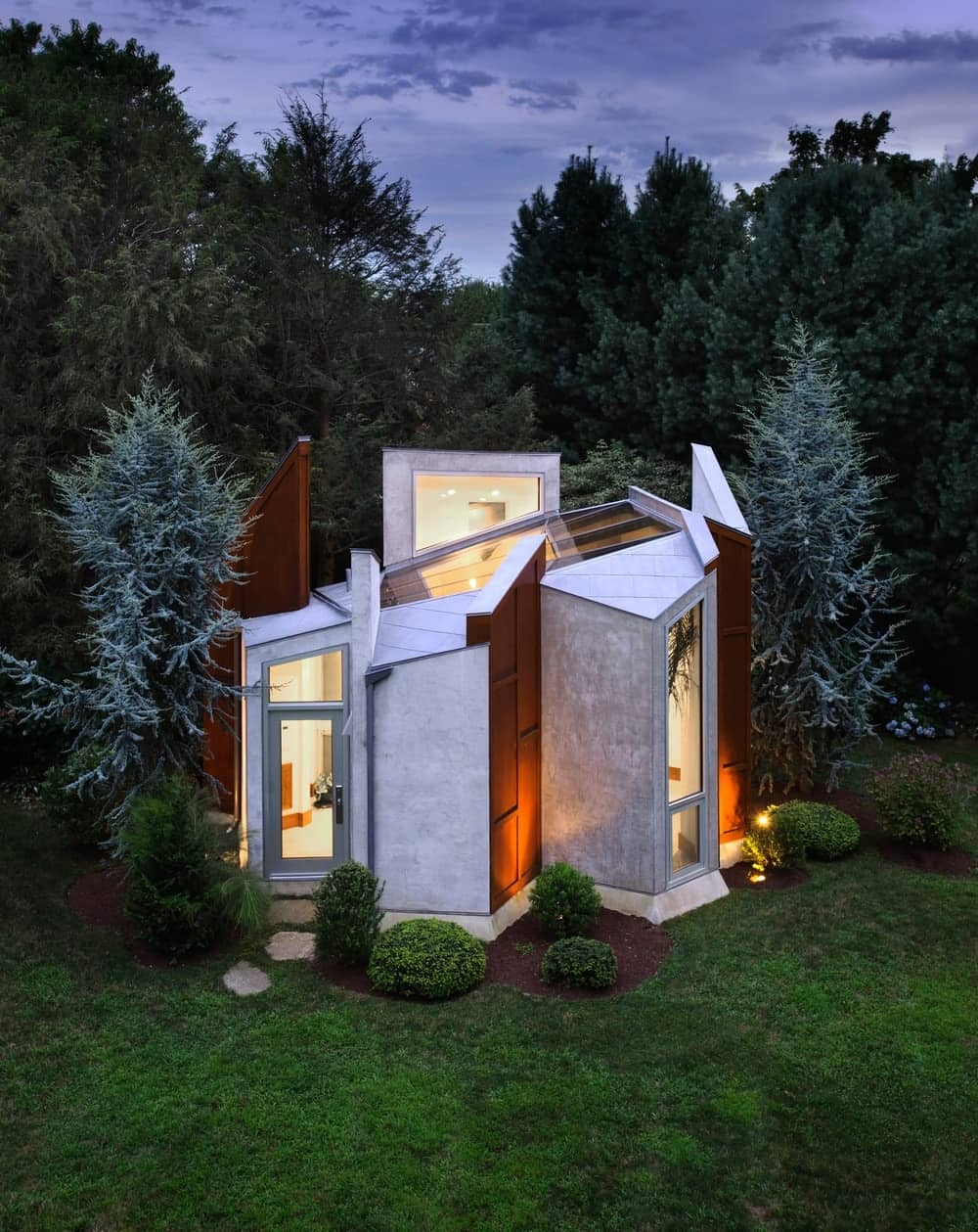 The aerial view of the detached home office at dusk. Photo by Paul Bartolomeuw / Designed by Valerie Schweitzer Architects