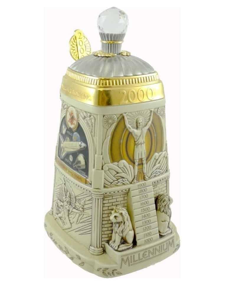 Beer mug made of glazed ceramics and gold details.