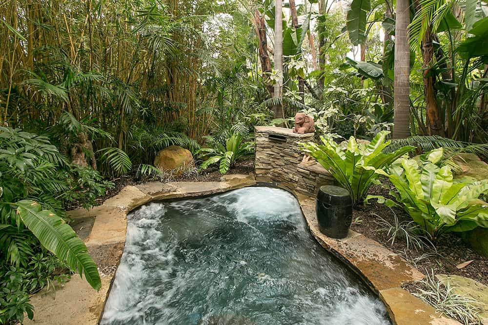 A jacuzzi in the covered by plants and trees offers a high quality relaxing time.