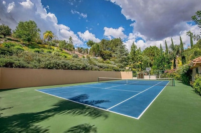 The spacious tennis court under the bright sky makes the competition look like in a real tennis open tourney.
