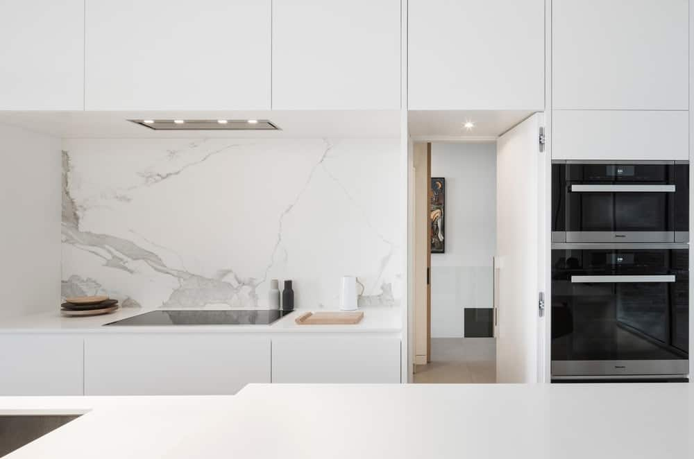 The kitchen look beautiful with white walls and countertop. Photo Credit: Stephane Groleau