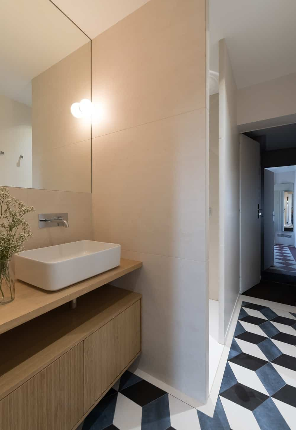 Contemporary bathroom featuring a vessel sink with a wall lighting. Photo credit: Mickaël Martins Afonso